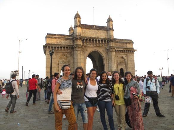 Posando en la puerta de Bombay
