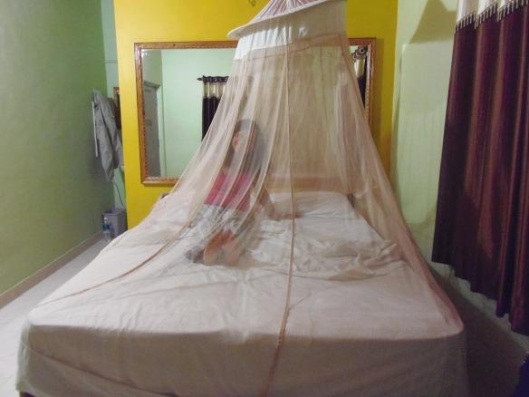Durmiendo dentro de una mosquitera