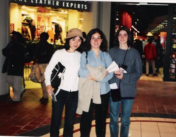 Yukari, Rocio e Valerie no centro comercial