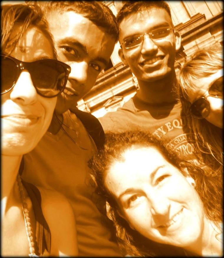Foto con palo con nuestros amigos de Cachemira / Foto Bárbara