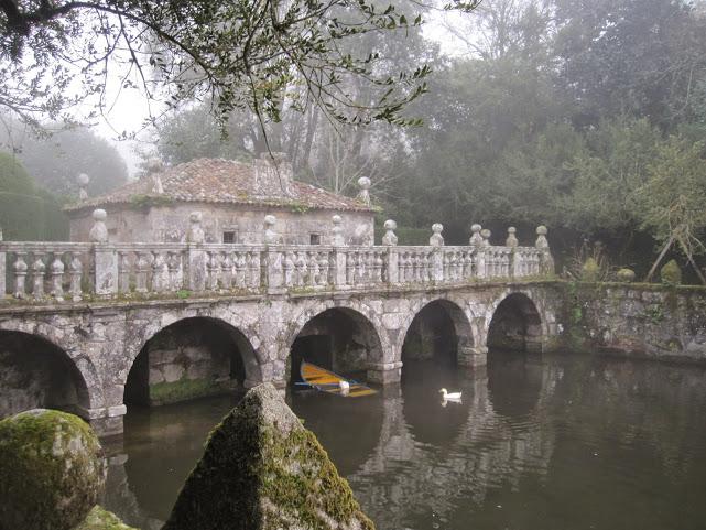 A ponte que une os dous estanques