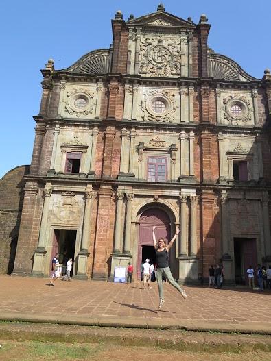 Mayca dando un salto en  la Iglesia de Bom Jesús , Vieja Goa