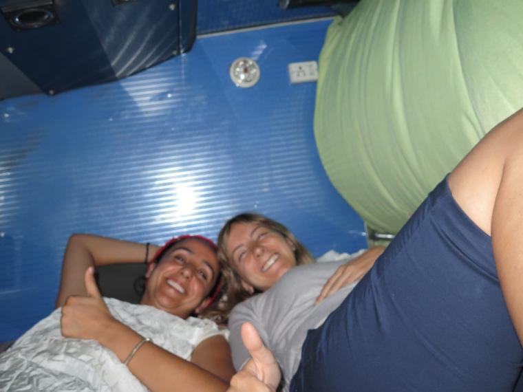 Mónica y Mayca en su cama del autobús XD