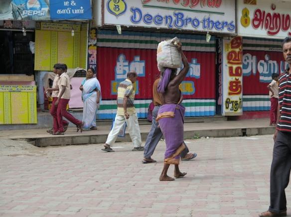 Calle Madurai. esto ya lo había visto en varanasi, hay mujeres mayores que llevan el Sari al antiguo estilo , sin blusa debajo.