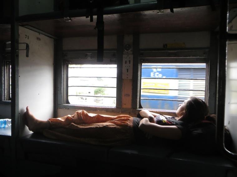 Bárbara acomodándose en el tren
