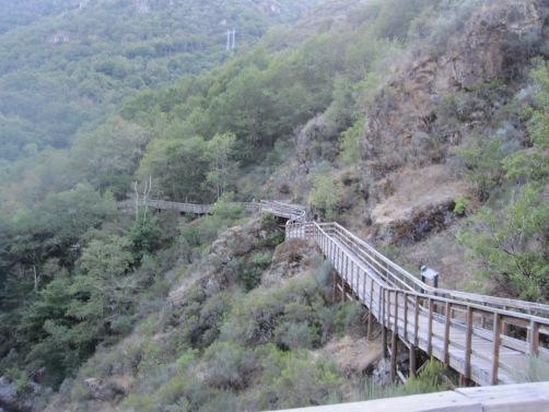 Pasarela de madera sobre el cañón del río Mao