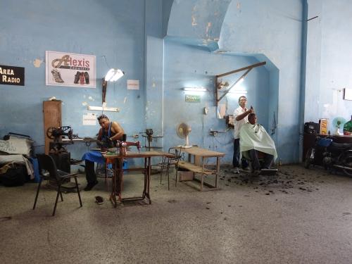 coworking; peluqueros, zapateros, técnicos de televisión, mecánicos de bicicletas y motos... compartiendo espacio.