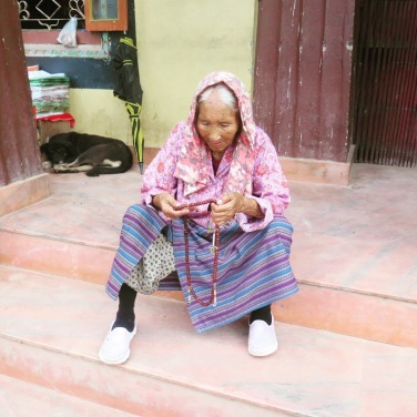 mujer nepalí rezando