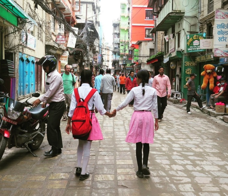 niñas en una calle de kathmandu