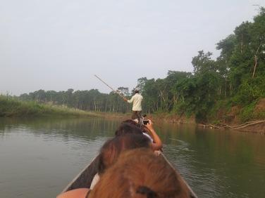 Atravesando el r{io en canoa