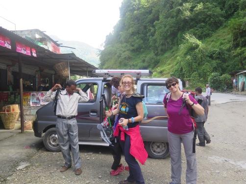Harka, Paula y Anna llegando a Nayapul