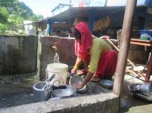 Mujer lavando, Nepal