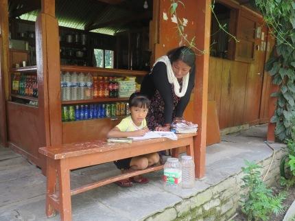 Nila nepalí haciendo los deberes con su madre