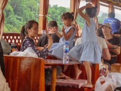 Niñas jugando en el slow boat