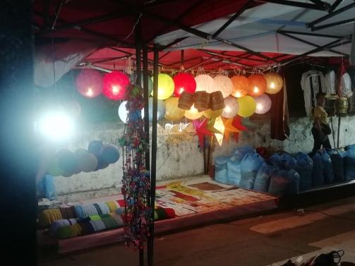 Venta de farolillos en el night market