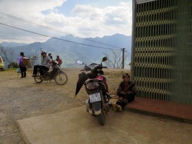 Parada para comer, mujer Hmong bordando